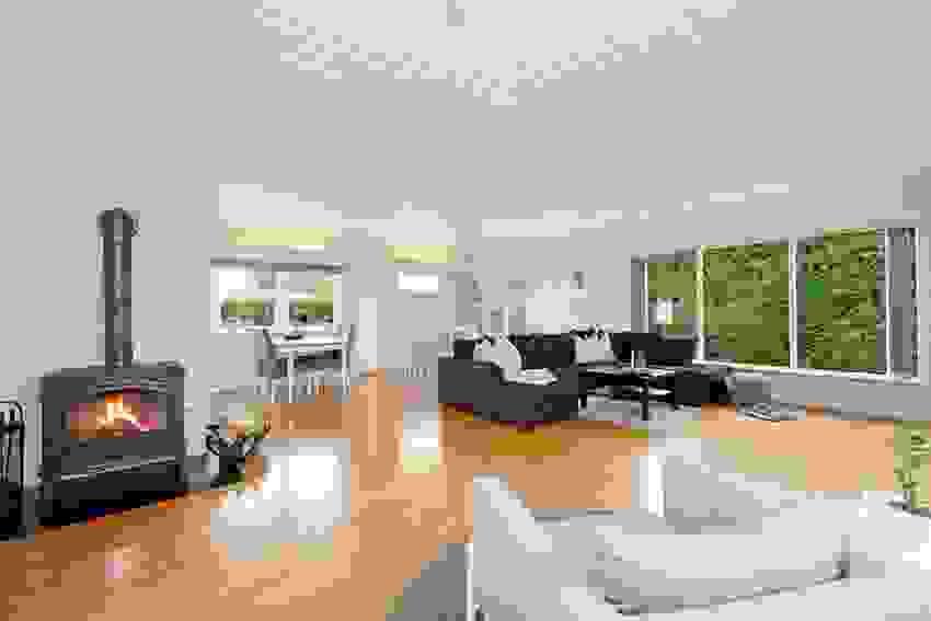 Romslig stue med flere vindusflater
