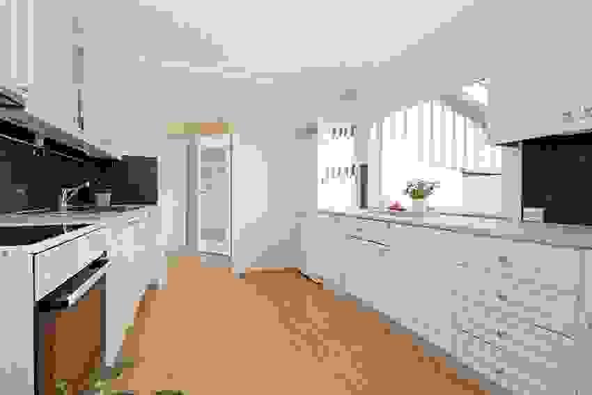 Praktisk inngang fra gangen til kjøkkenet