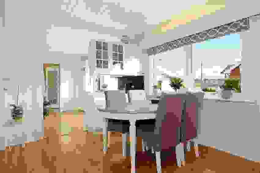 Kjøkkenet ligger i tilknytning til stuen, i delvis åpen løsning