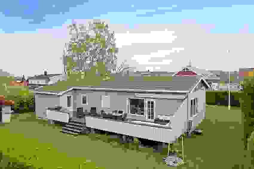 På vestsiden av boligen har du en stor terrasse med sen kveldssol