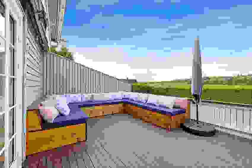 God plass til stor sofa på terrassen