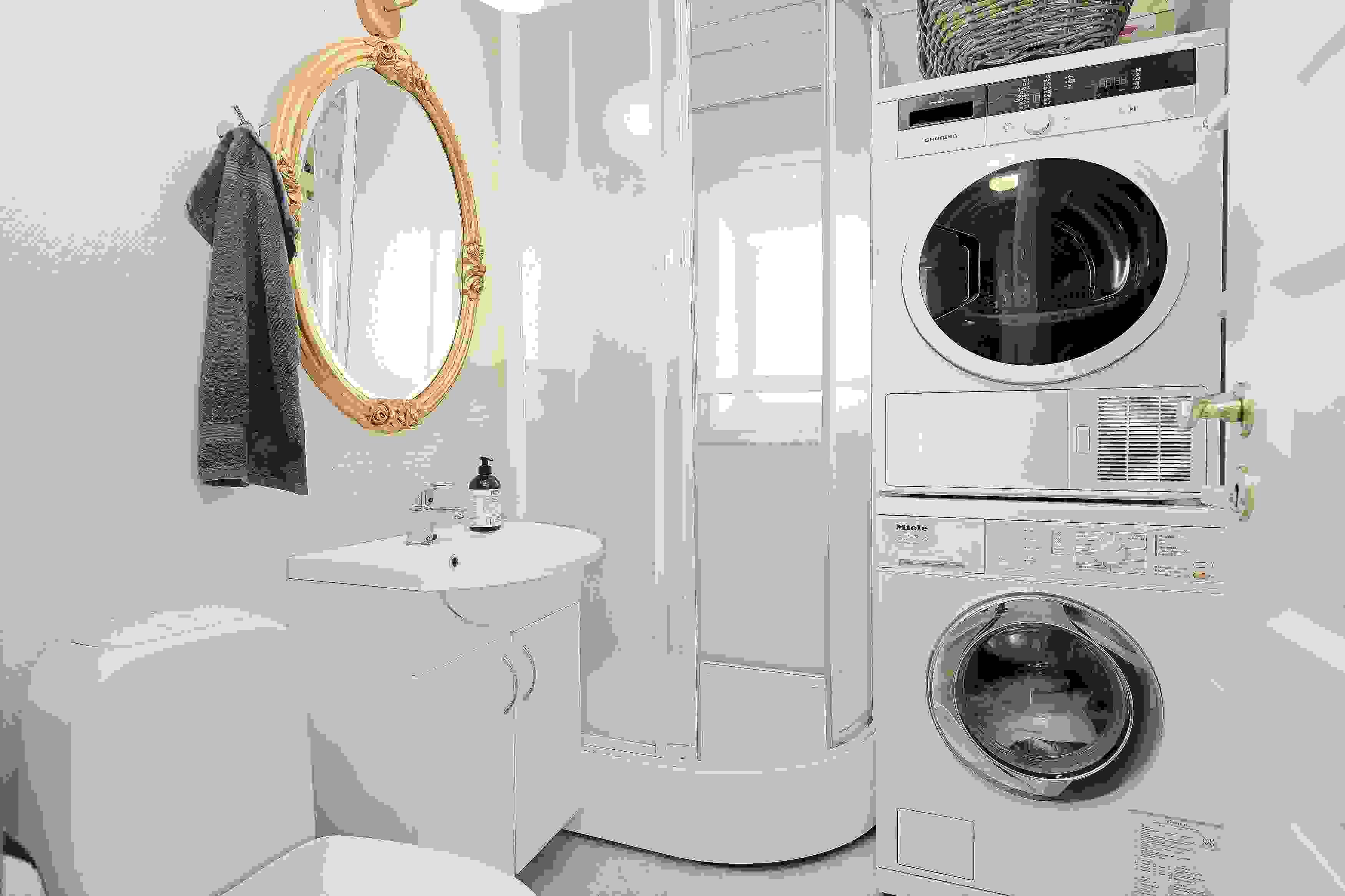Bad/wc i 1. etasje med opplegg til vaskemaskin.