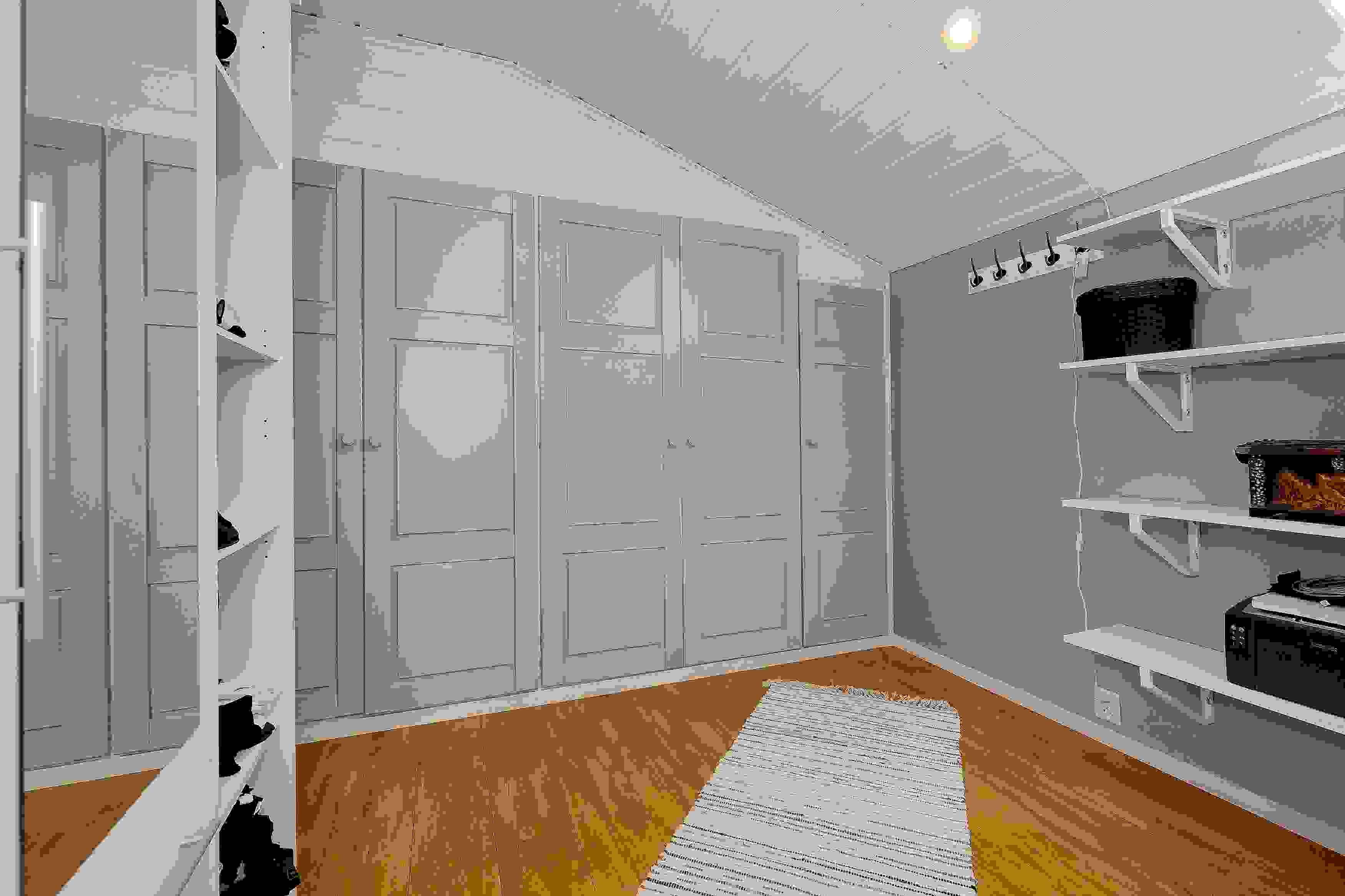 Walk-in closet i tilknytning til hovedsoverom i 1. etasje