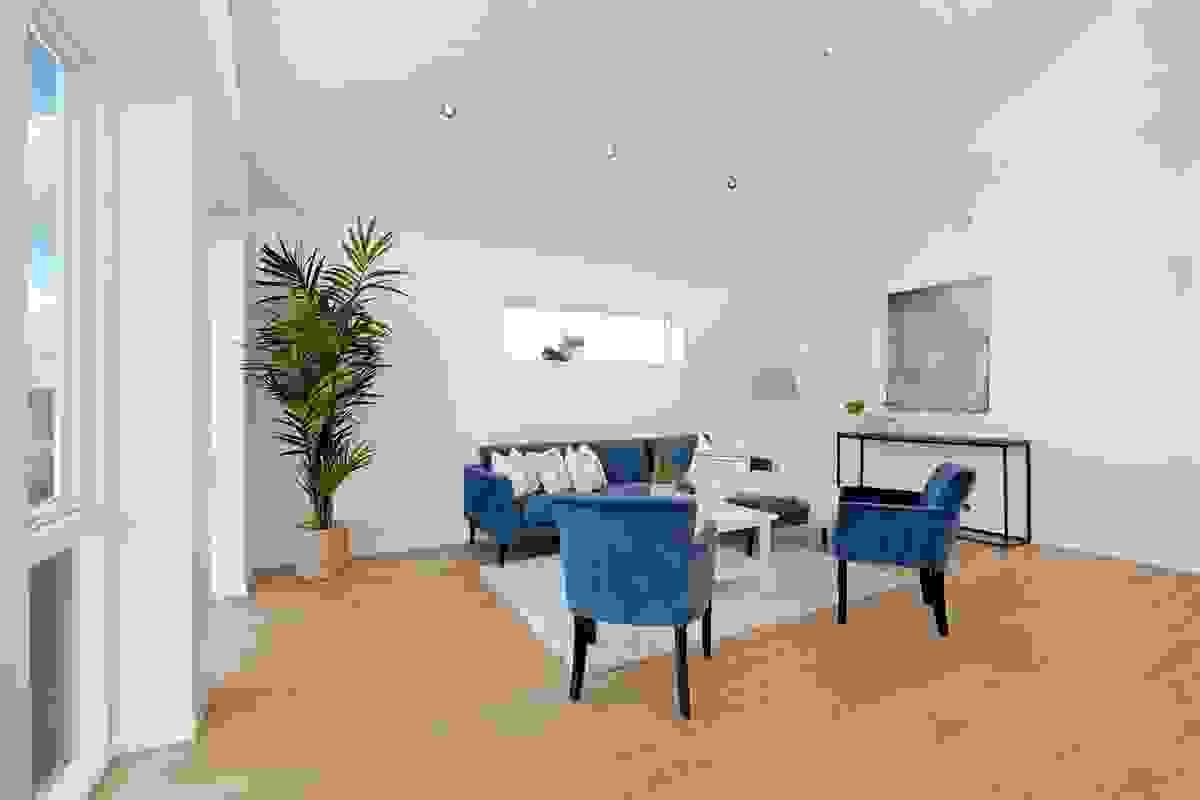 Stuen er enkel å møblere, og sofaen får naturlig plass i den ene enden