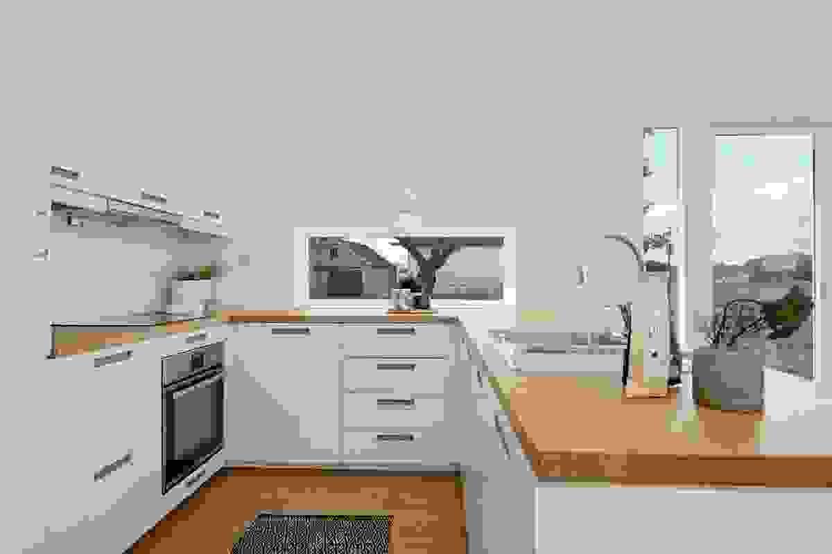 Innredningen på kjøkkenet er moderne og står i stil til resten av det stilige huset