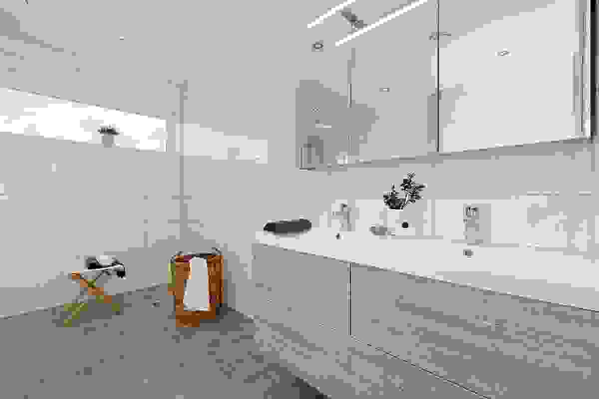 Rommet inneholder dobbelt servant i innredning, dusjkabinett, vegghengt wc og opplegg til badekar/boblekar