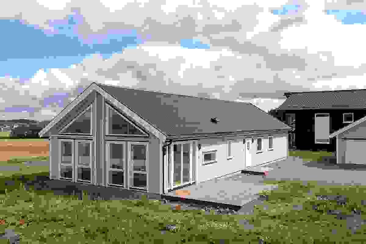 Meget gode solforhold på eiendommen og på plattingen som ligger mot sørvest