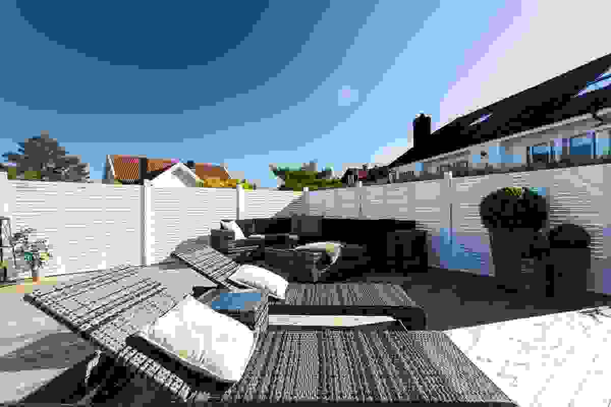 Stor solplatting på nær 50 m² ovenfor huset med svært sen kvelssol og flott utsikt
