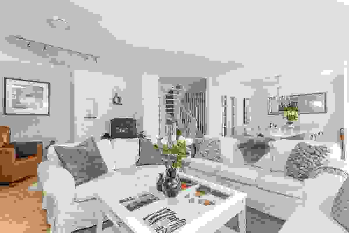 Stue-/spisestue - et stort og svært lyst rom med fine møbleringsmuligheter