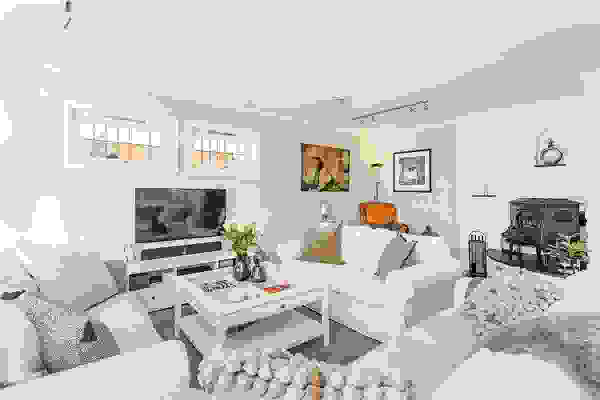 """Denne sonen i huset er inndelt med flere """"avdelinger"""" med god plass til spisestue og ikke minst plass til en rekke sitte-/sofamøbler innerst i rommet"""