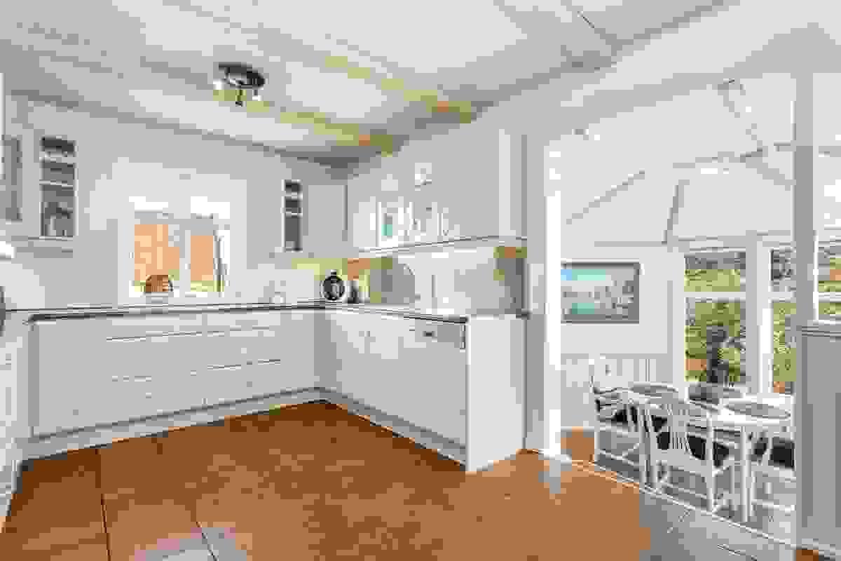 Det koselige kjøkkenet med nedtrappet glasstue