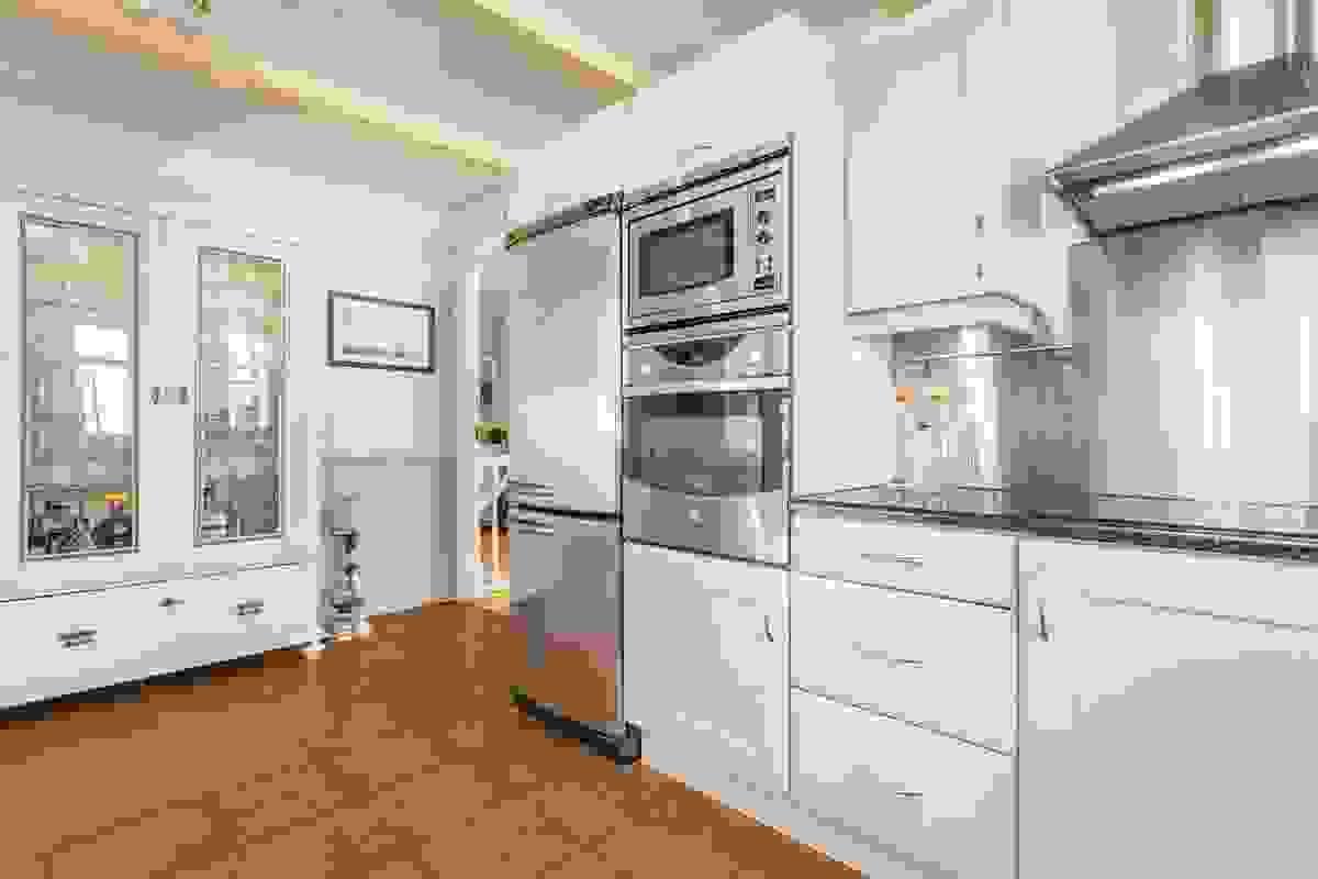 Kjøkkenet er stort, lyst og luftig med spennende løsning
