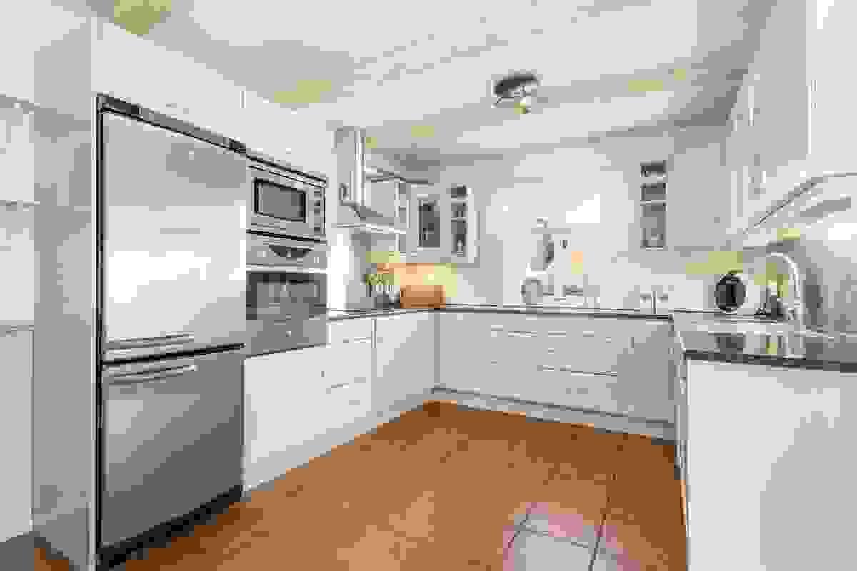 Kjøkkeninnredningen er fra Møre-kjøkken og utskiftet i sin helhet i 2005