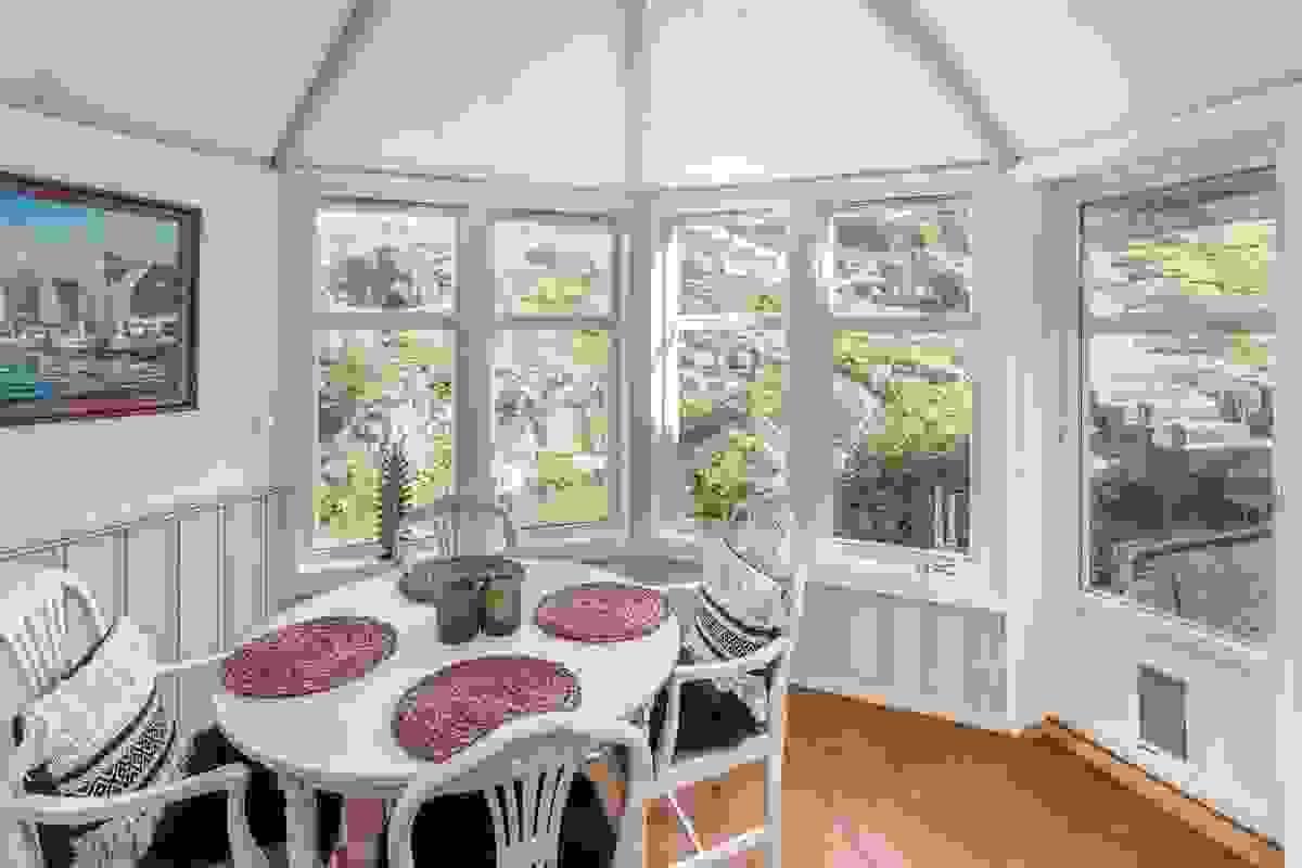 Nedtrappet glasstue er tilbygg fra ca. 1991 som er vinterisolert med store og dype glassflater