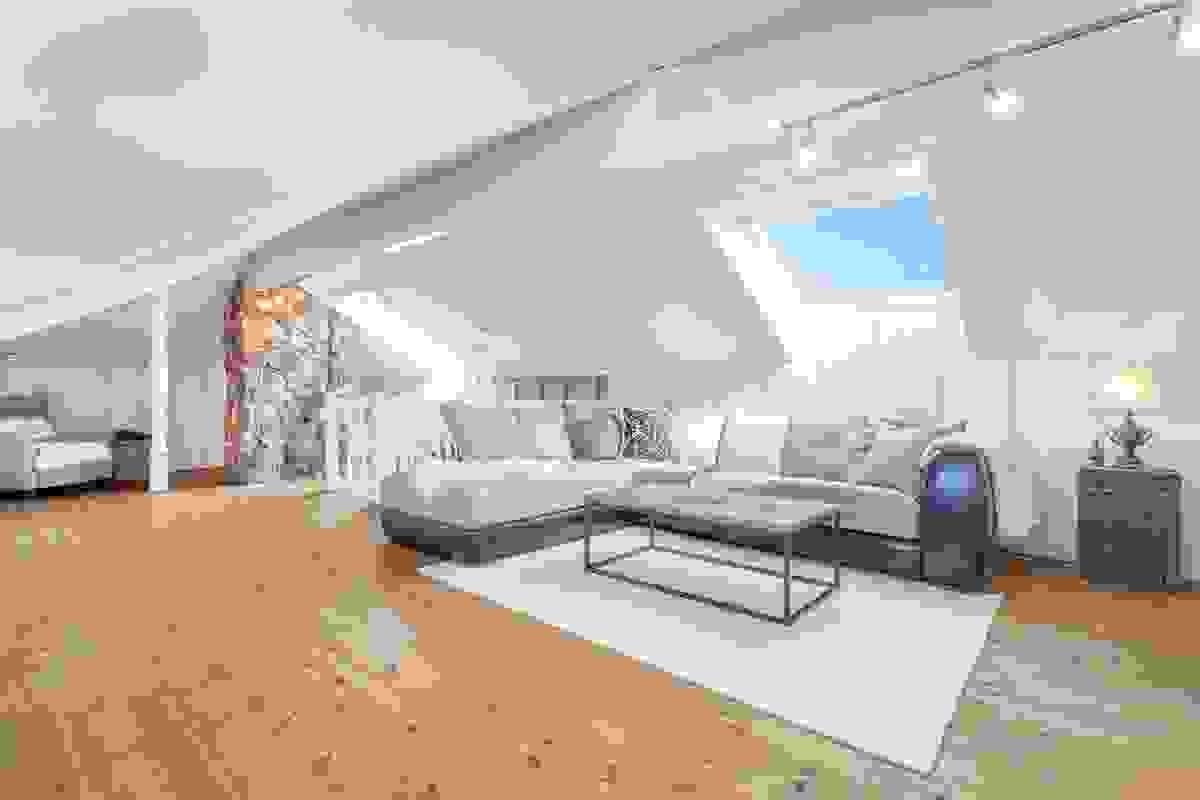Den romslige TV-/loftsstuen i 2. etasje