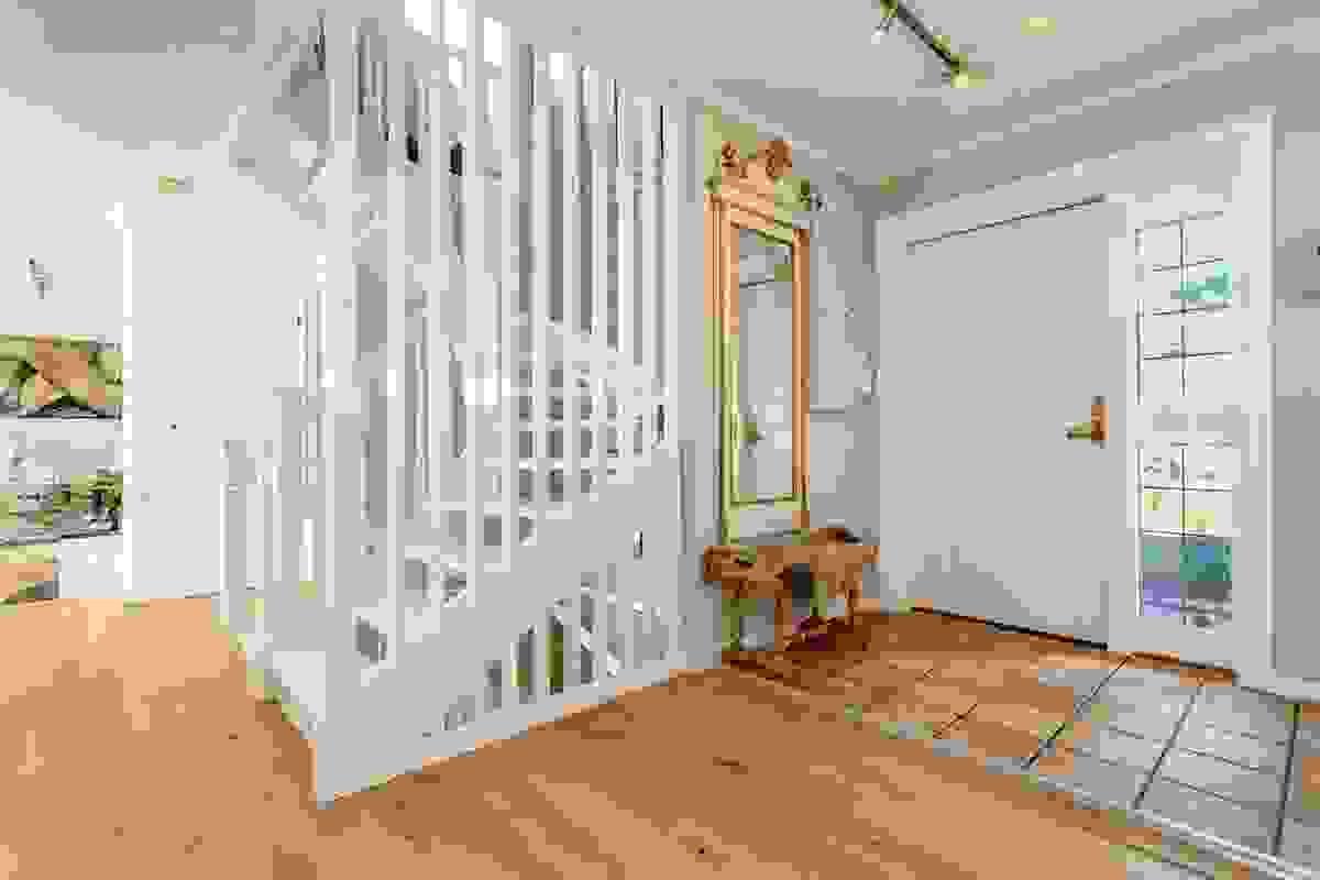 Gangen i 1. etasje særpreges blant annet av den flotte trappen som fører deg ned til underetasjen samt opp til 2. etasje