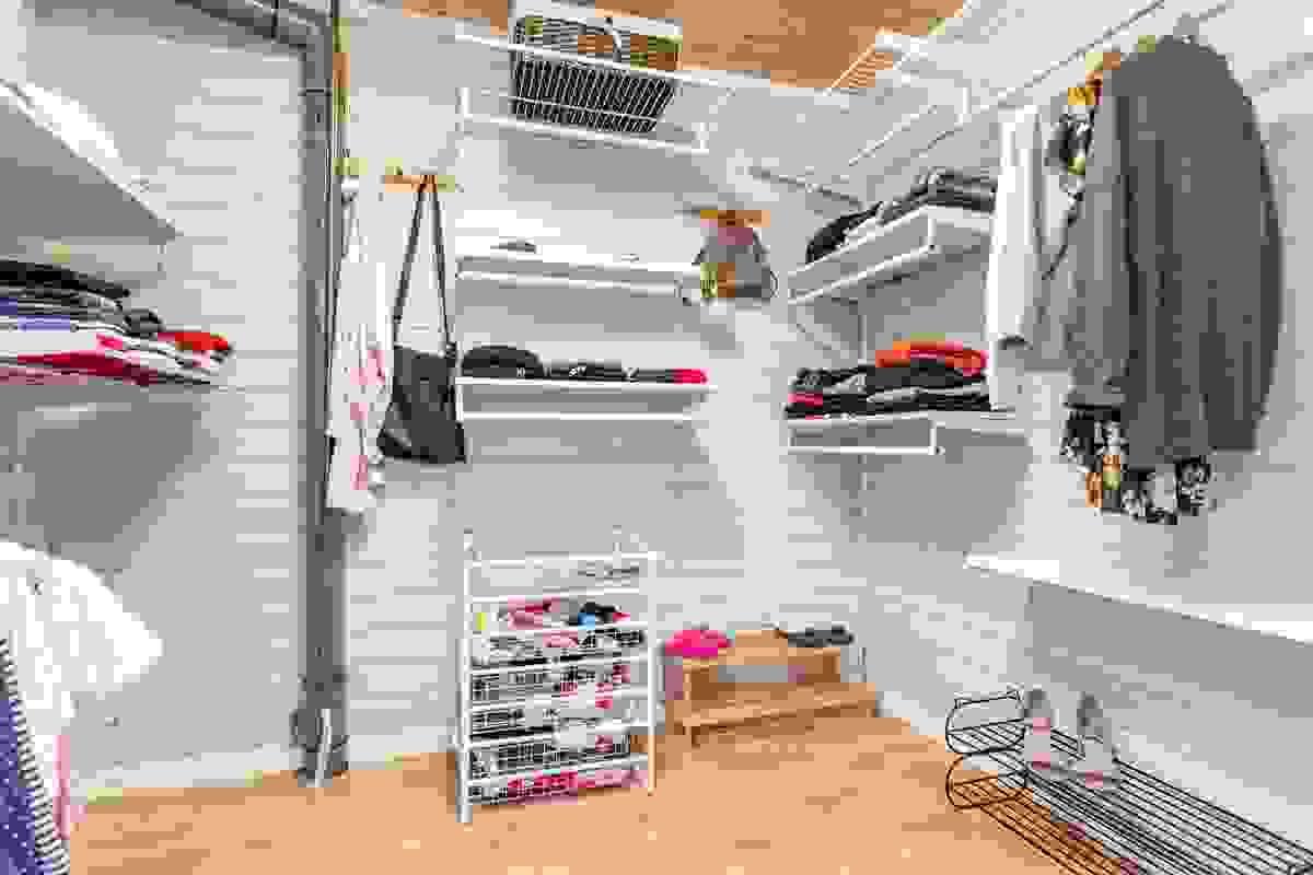 Garderobe-/omkledningsrom i underetasje ligger vis av vis soverommene