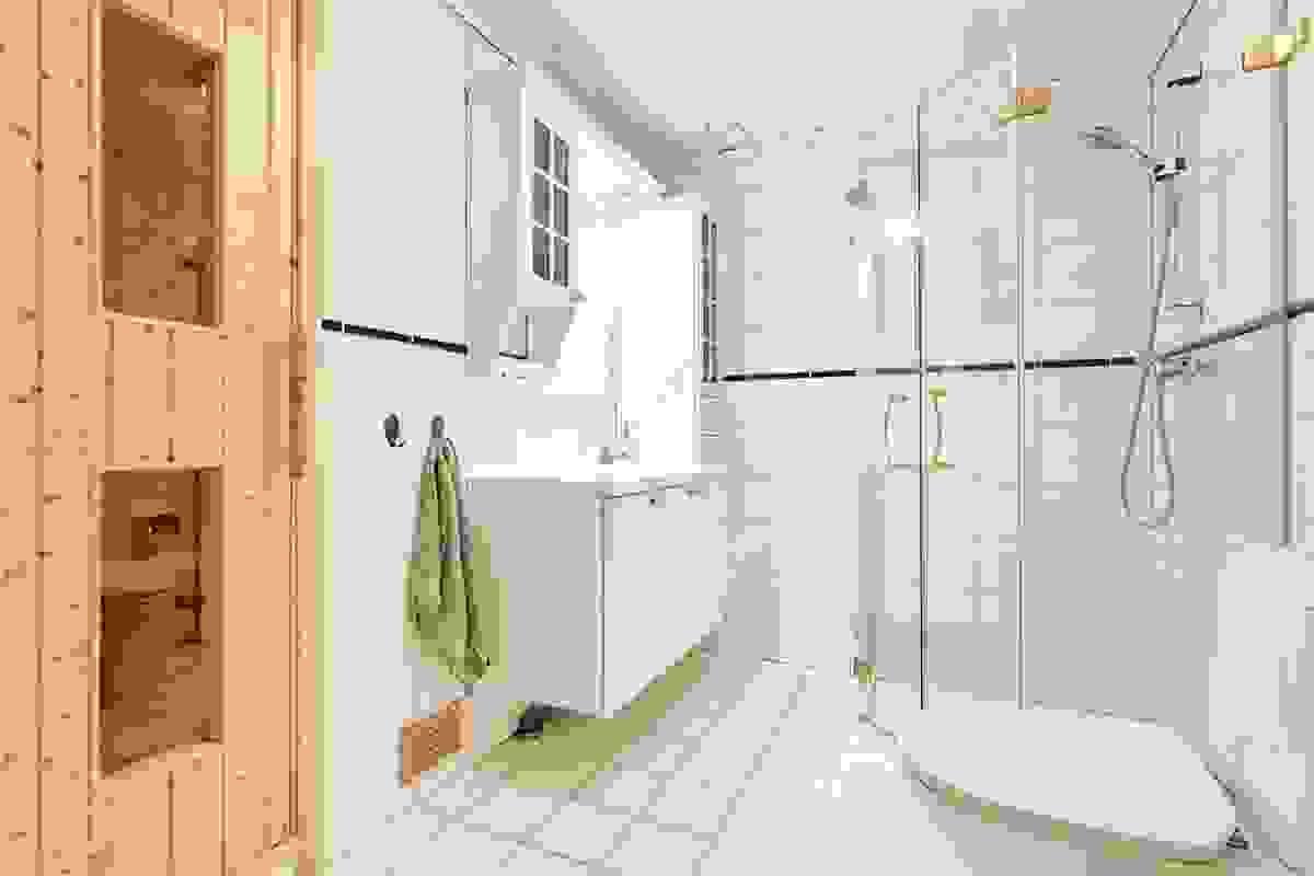 Baderommet i underetasjen ligger i sammenheng med de to store soverommene i samme etasje og er fra år 2000