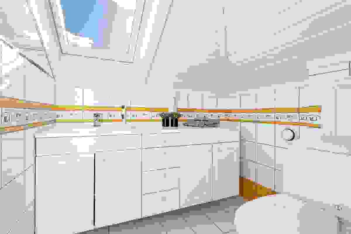 Toalettrommet i 2. etasje er et stort og funksjonelt rom med servant og toalett