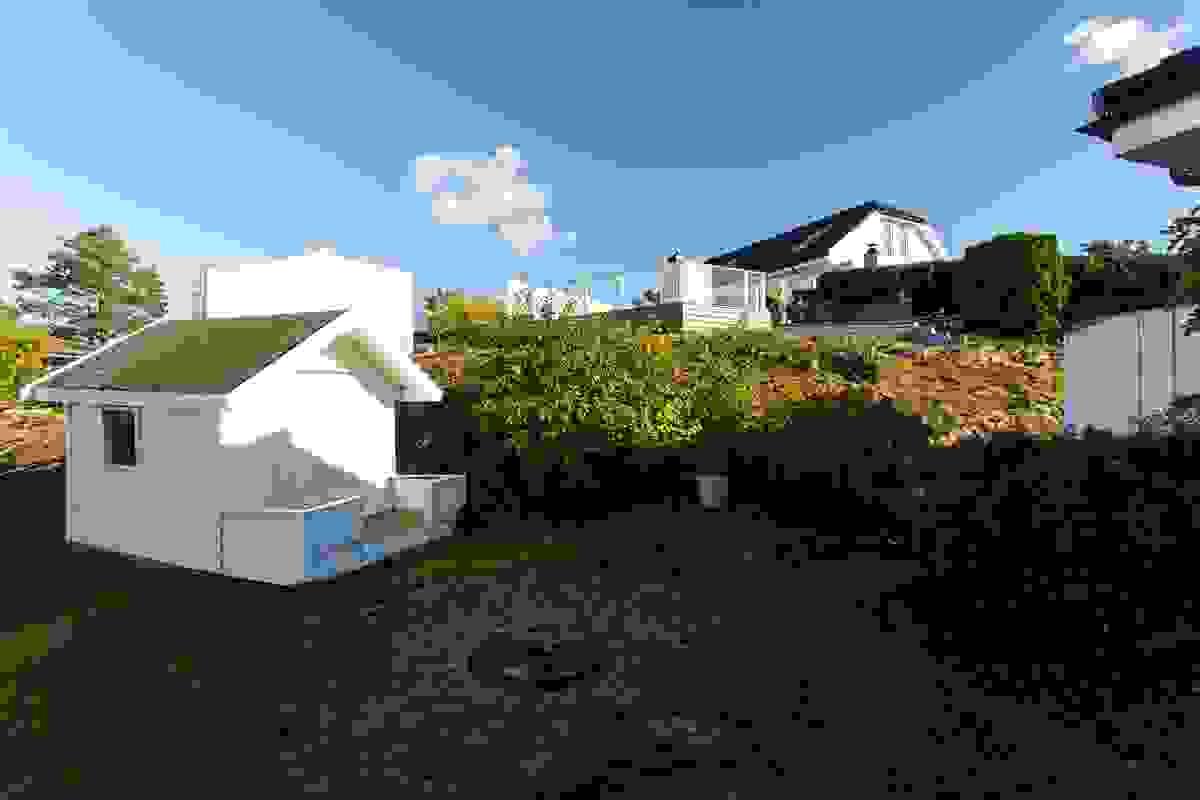 Det medfølger en ca. 5 m² lekestue-/hagebod plassert ved tomtens nordøstre side