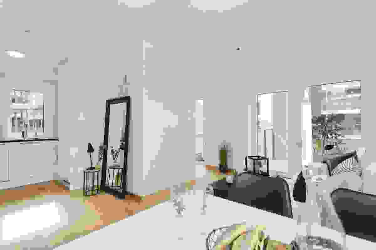 STUE med utgang til terrasse/balkong og delvis åpen løsning mot kjøkkenet
