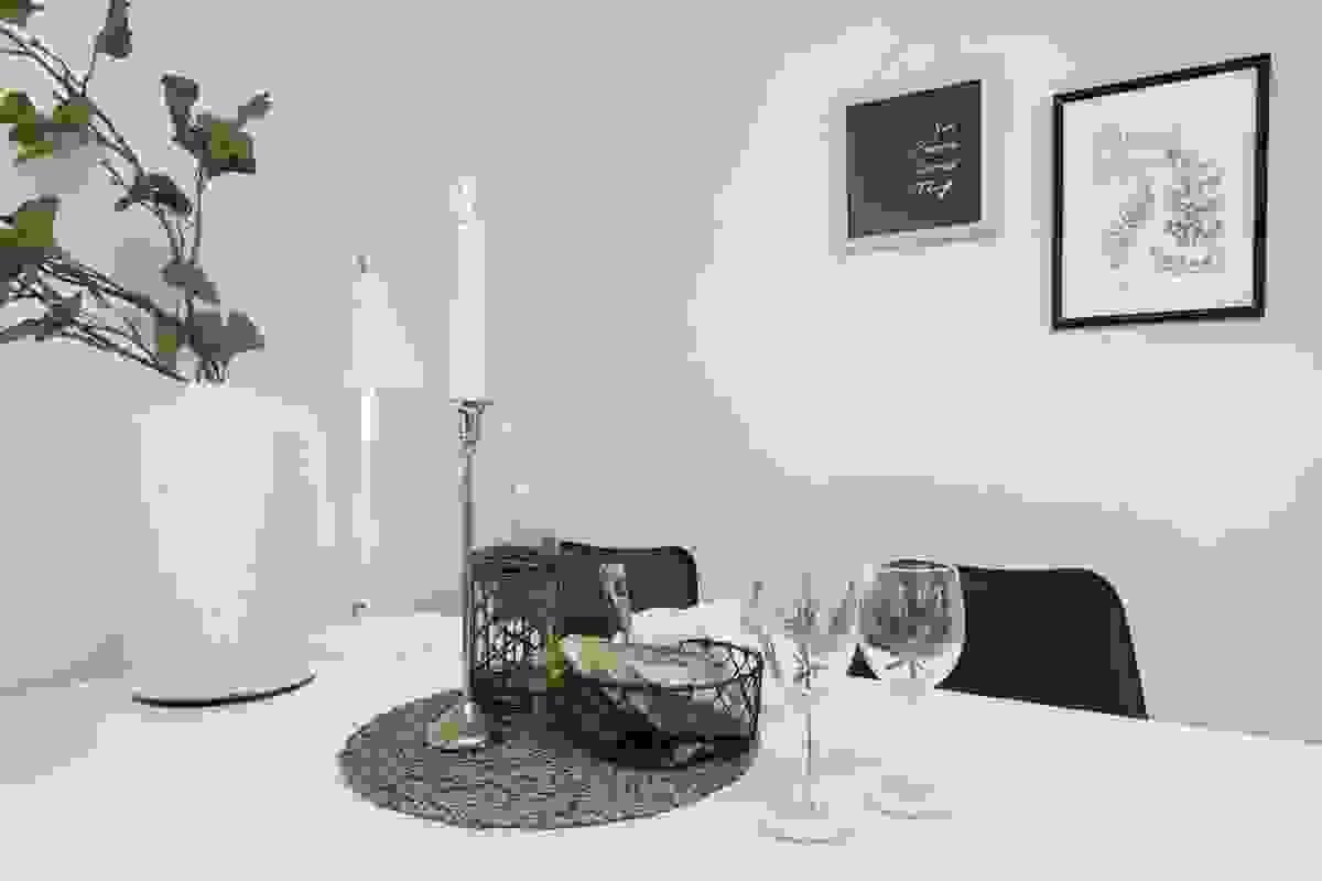 Leiligheten er innredet med et moderne, men likevel klassiske og stilrent kjøkken
