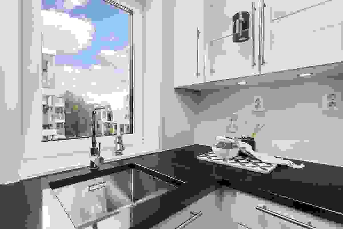 Legg blant annet merke til det koselige vinduet over kjøkkenbenken