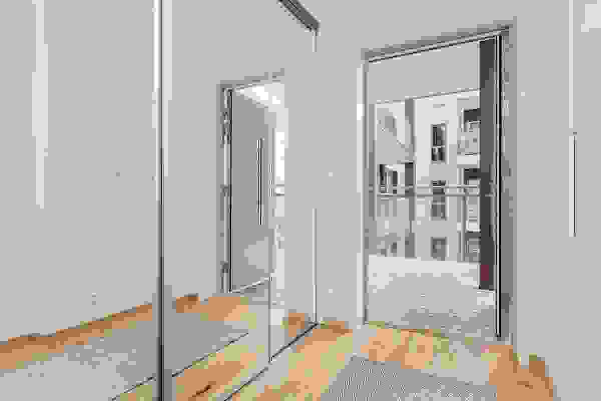Entreèn har stor skyvedørsgarderobe m/speildører hvor disse går fra gulv til tak