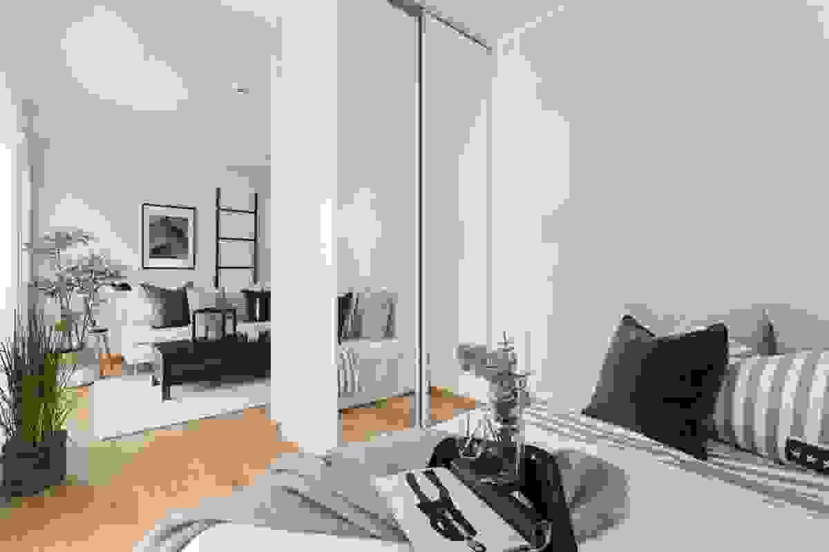Nisjeløsningen gir skjerming fra stuen, og skyvedørsgarderoben m/takhøye speildører gir godt med plass.