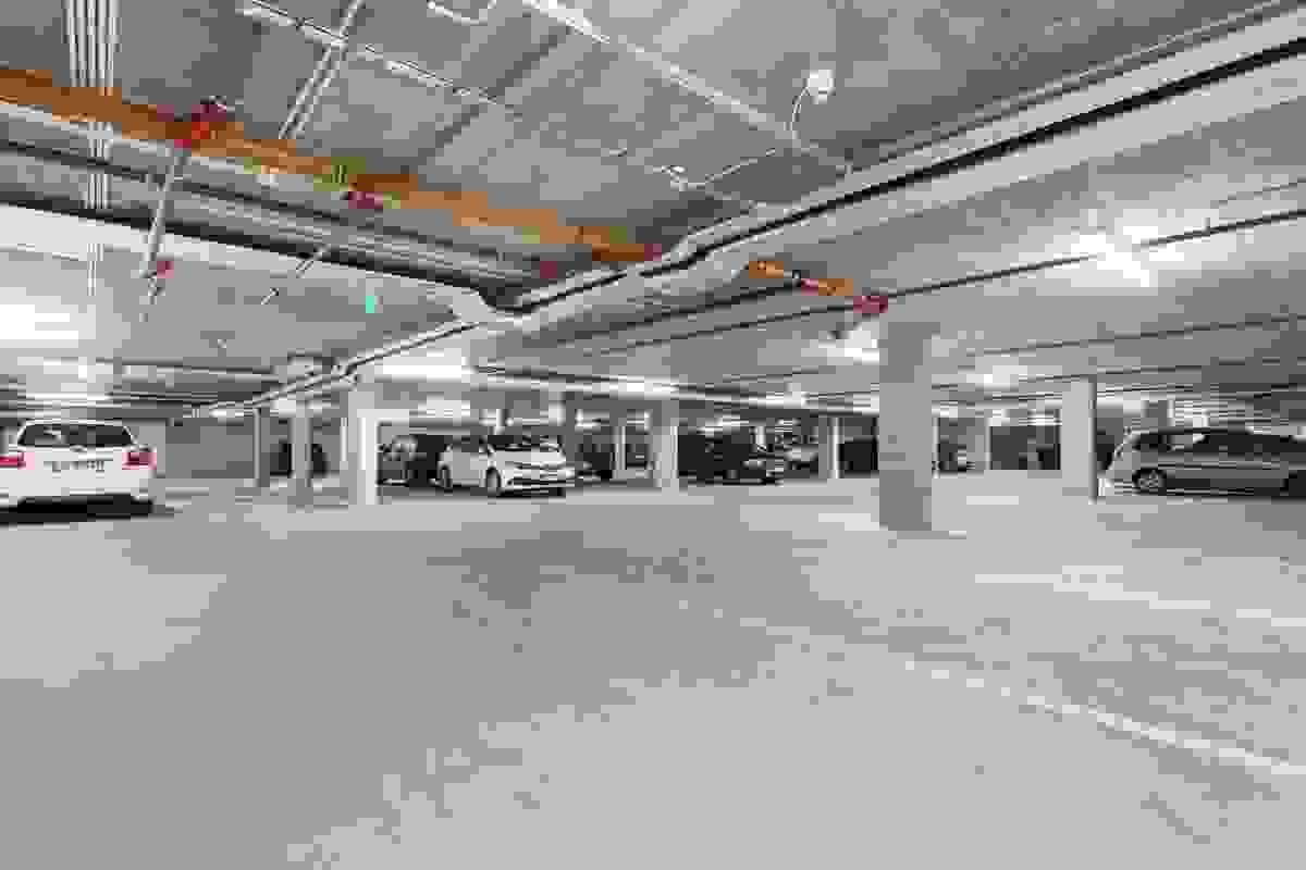 Leiligheten disponerer 1. stk. garasjeplass i byggets P-hus.