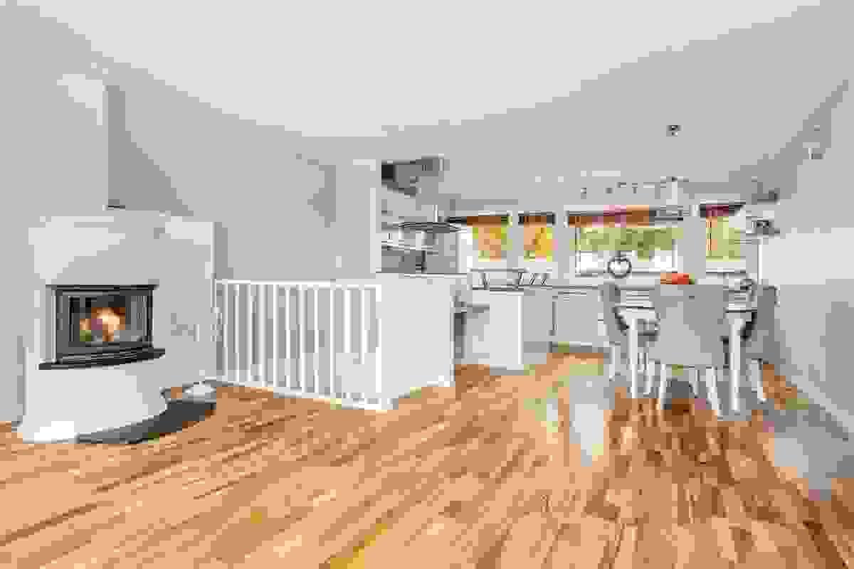 Den åpne løsningen til kjøkkenet gir en god romfølelse og en naturlig plass til spisebordet ved kjøkkeninnredningen