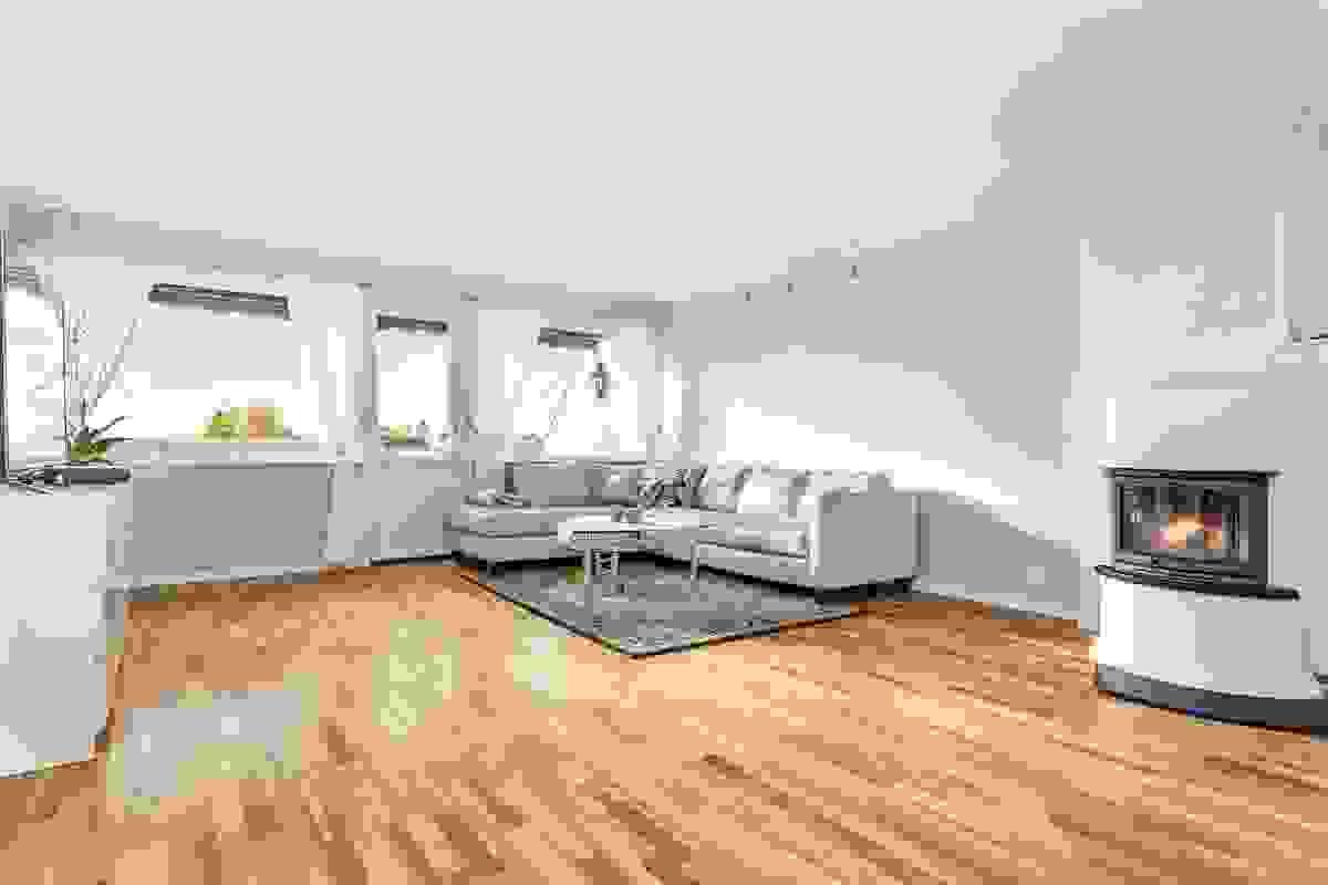 Sentralt plassert i rommet står peisovnen