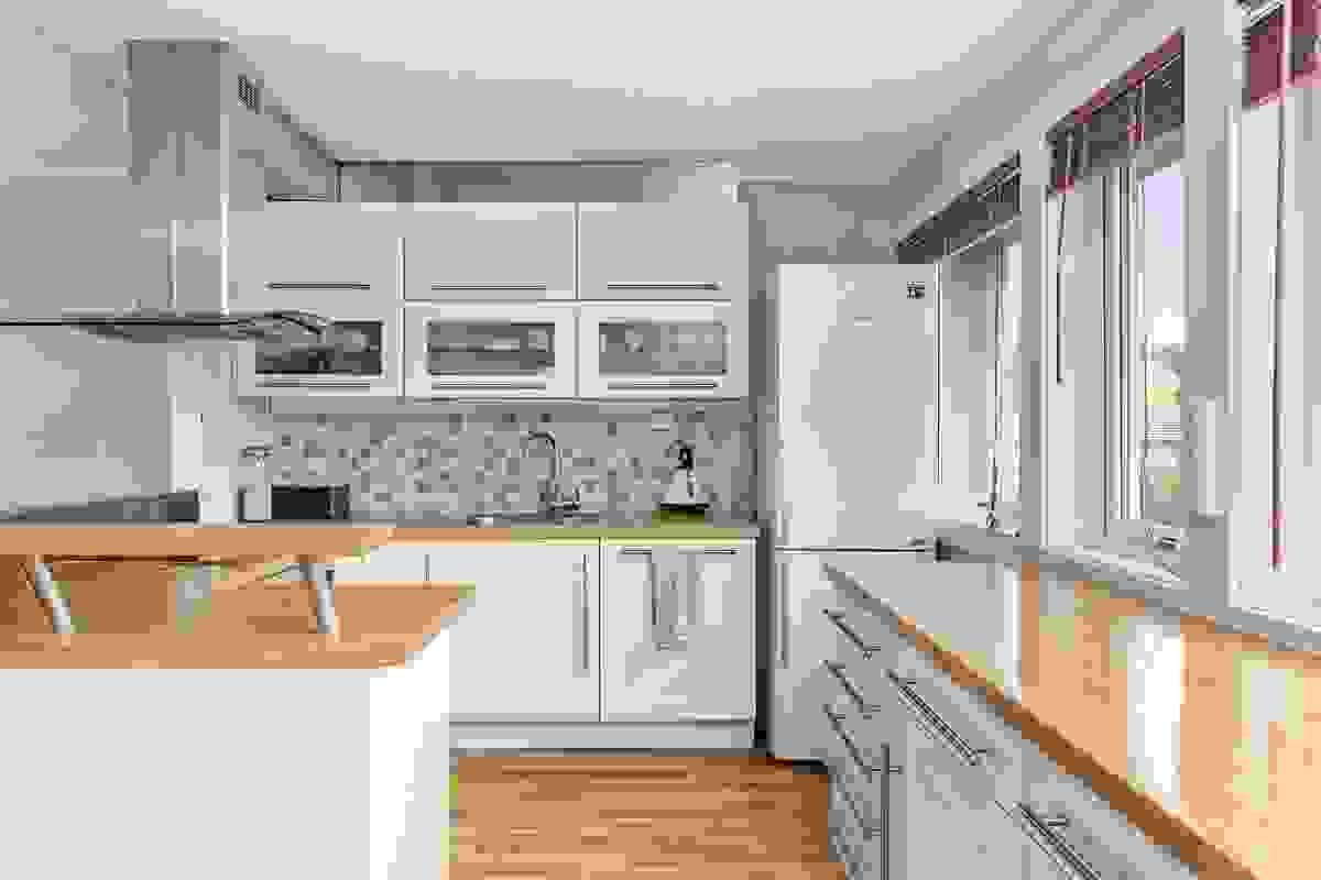 Kjøkkeninnredningen har rikelig med både skap- og benkeplass