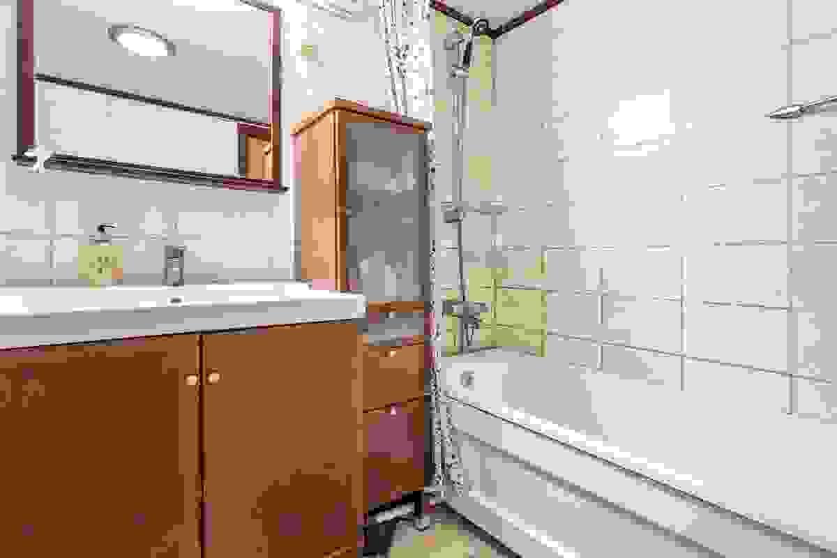 Innredningen består av servant nedfelt i innredning med to underskap, høyskap, speil og overlys. Videre er det badekar og vegghengt toalett.