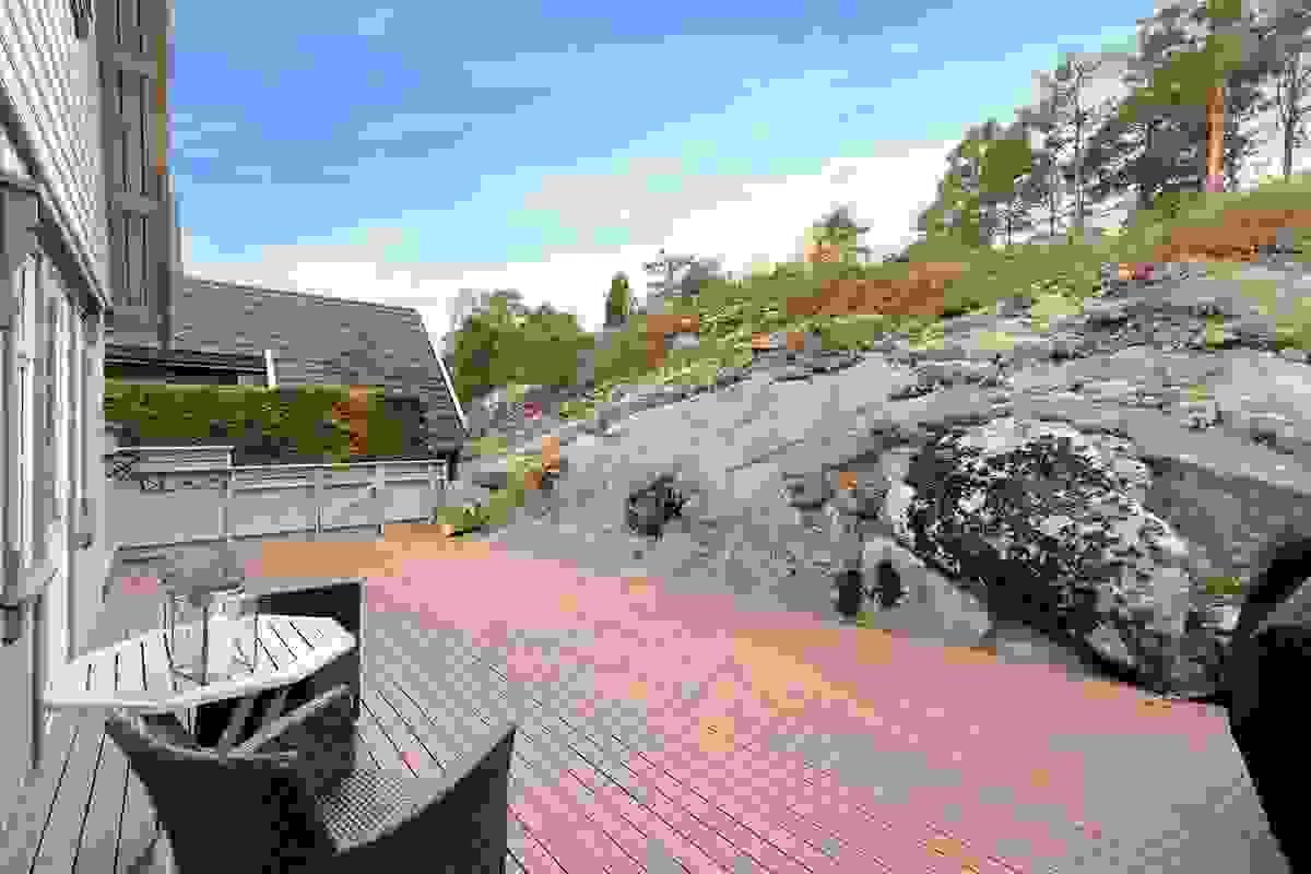 Terrassen ligger flott til i terrenget, vestvendt med gode solforhold sommerstid og er meget godt skjermet for innsyn.