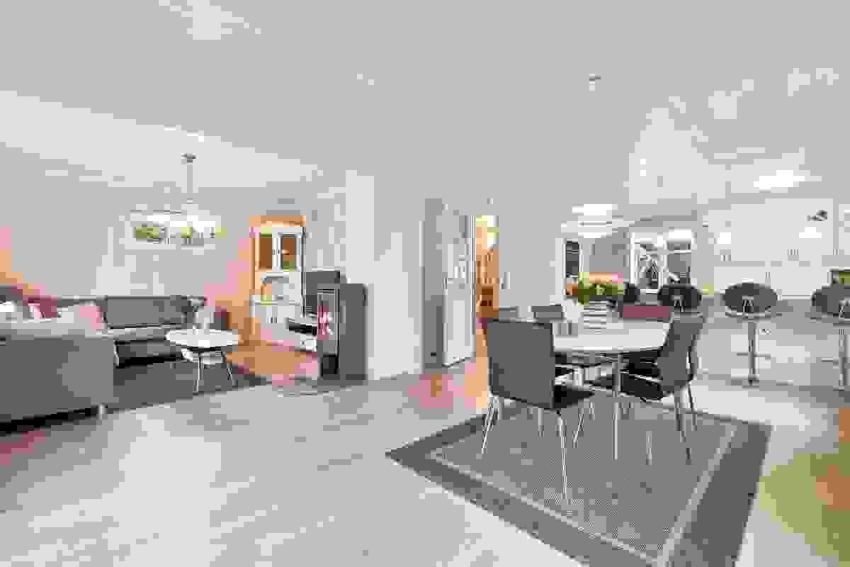 Boligen har et meget lyst og trivelig stue-/kjøkkenrom med vinduer på rommets fire vegger.