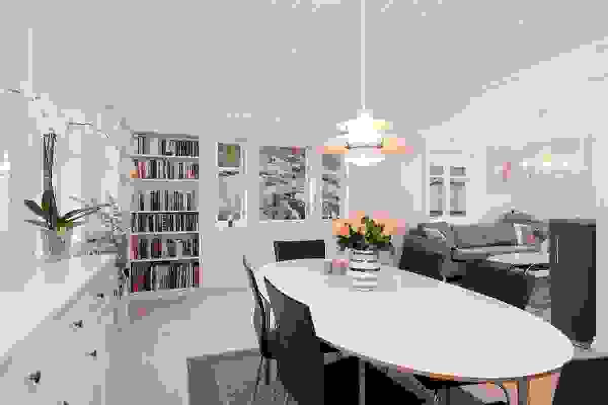 Rommet har en flott løsning med naturlige soner for hovedstue i vinkel mot vest, samt spisestuen rett ut for kjøkkenet