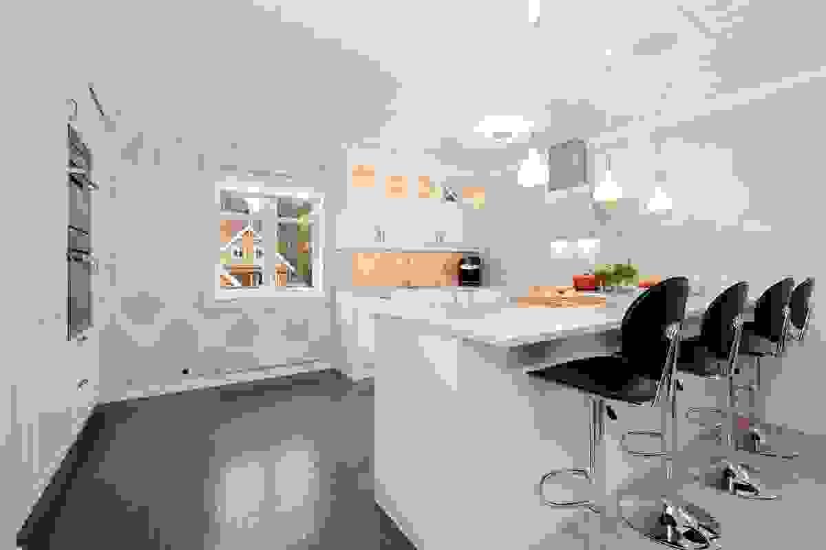 Innredningen fra 2014 fra Drømmekjøkken er delikat med lyse og moderne fronter og komposittstein benkeplater