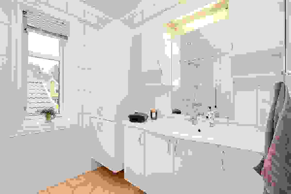 Badet i 1. etasje er helfliselagt og varmekabler i gulv gir deilig temperatur året rundt.