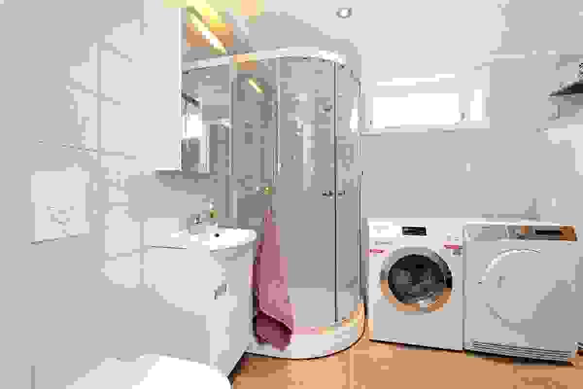 Boligens tredje bad (i underetasjen) er i likhet med bad i 1. etasje helfliselagt og med varmekabler i gulv