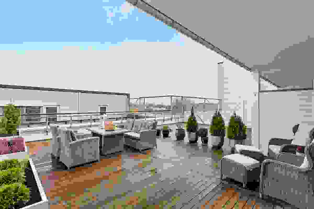 Terrassen har noe overdekkende tak og har massevis av plass for utemøbler
