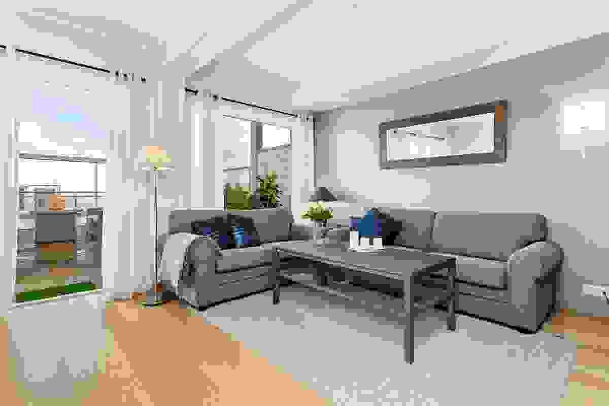 I stue-/kjøkken finner man en diskre, gråmalt kontrastvegg som gir et moderne uttrykk til rommet