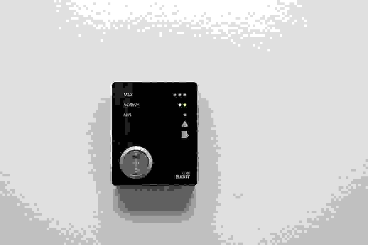 Ventilasjonsanlegget styres fra veggmontert kontrollpanel og er enkel i bruk