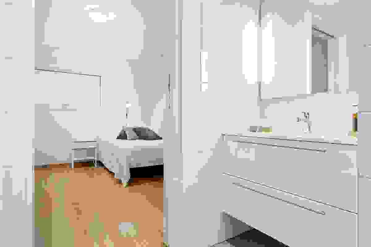 """Den flotte løsniningen med skyvedør direkte inn til baderommet gir leiligheten et preg av """"hotellfølelse""""."""