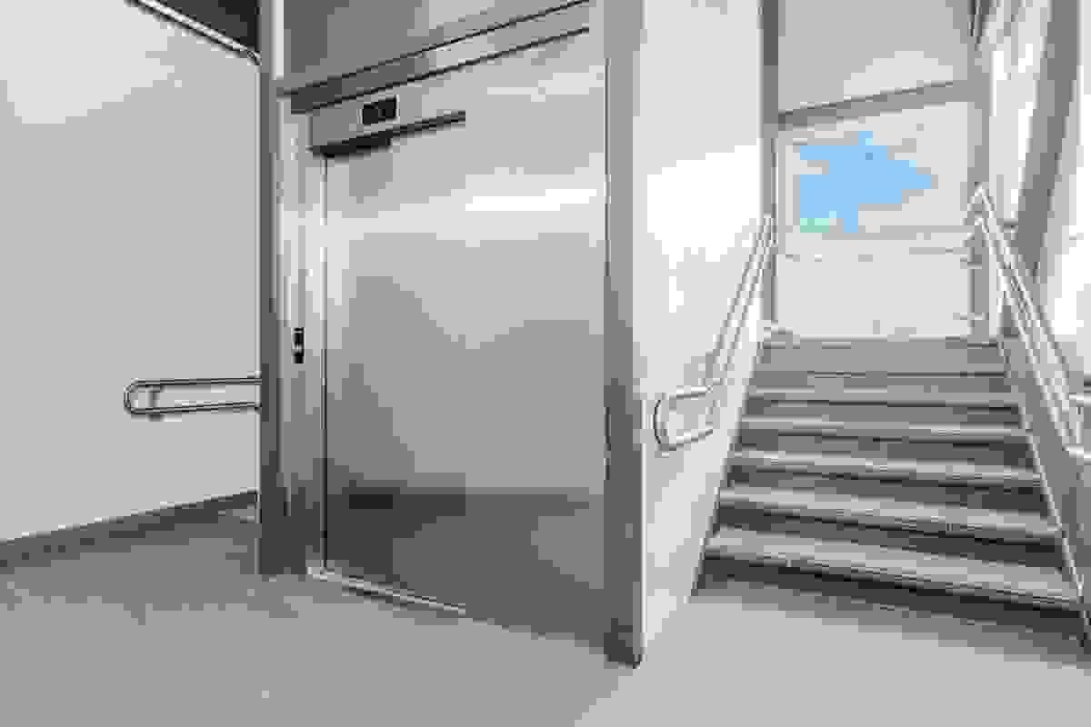 Heis mellom alle etasjer i bygget