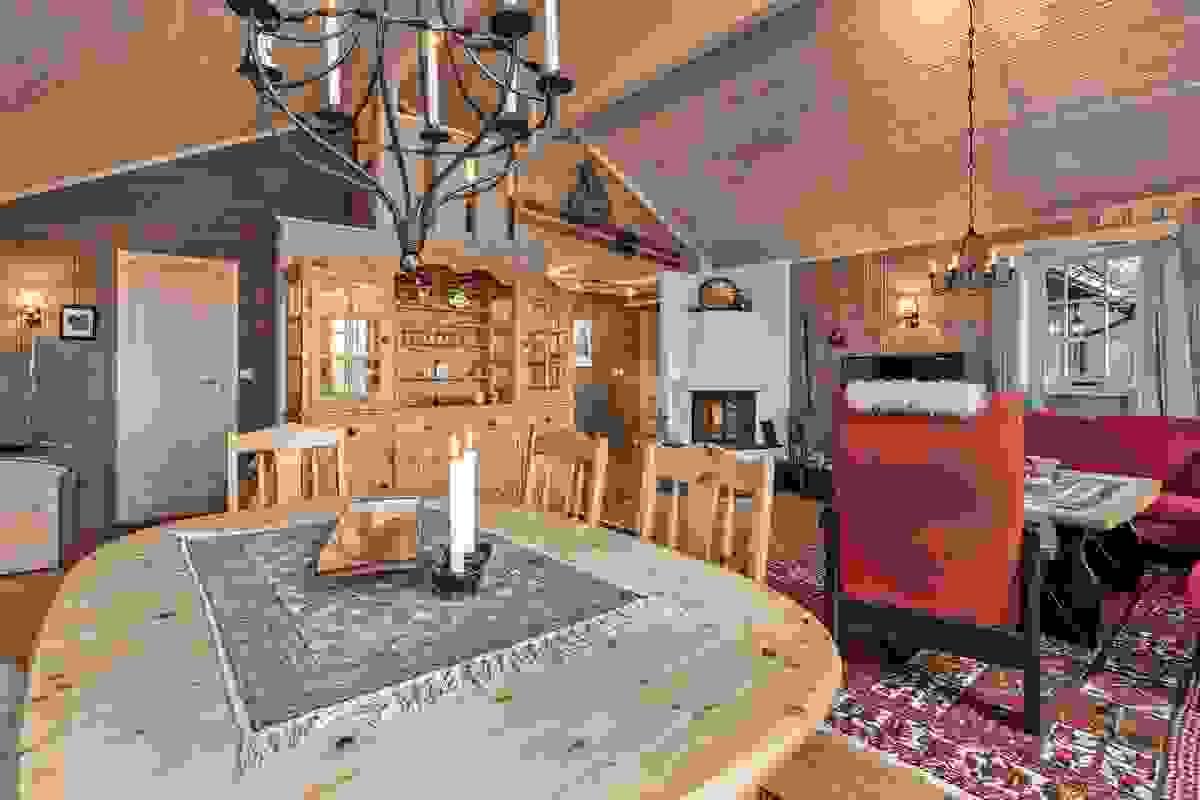 God plass til både sofakrok og spisebord i stuen
