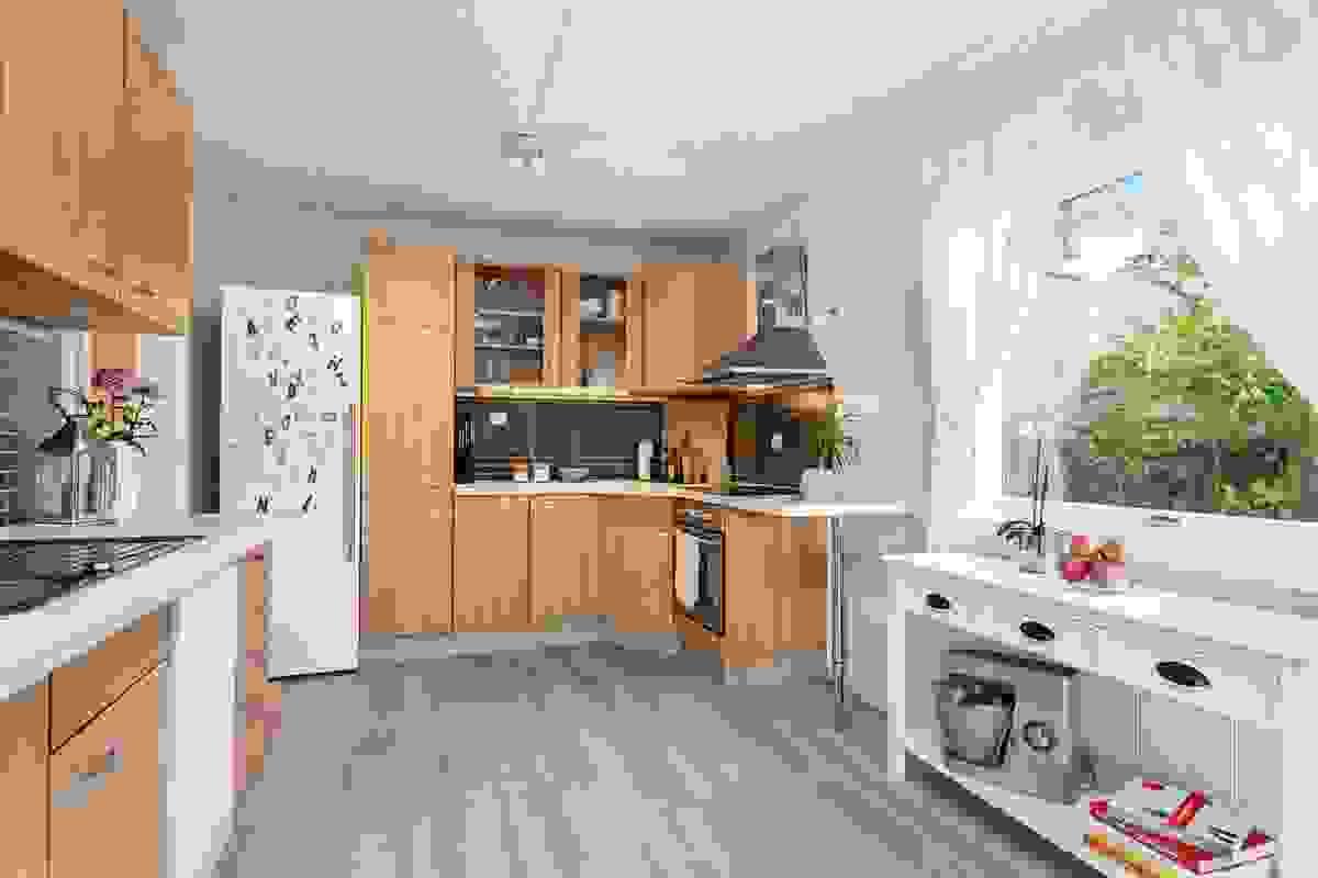 Romslig kjøkken med adkomst fra gang og åpen løsning mot stue