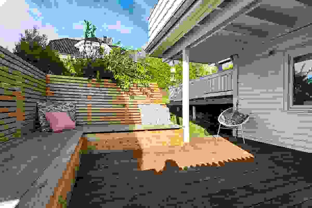 Med adkomst rett opp i hagen er uteplassen fint plassert.