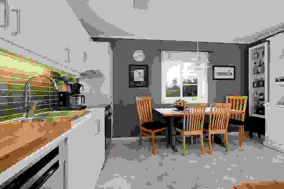 Kjøkken med god plass til spisebord
