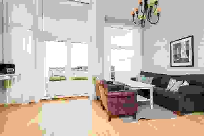 Stor stue med mye vindusflater